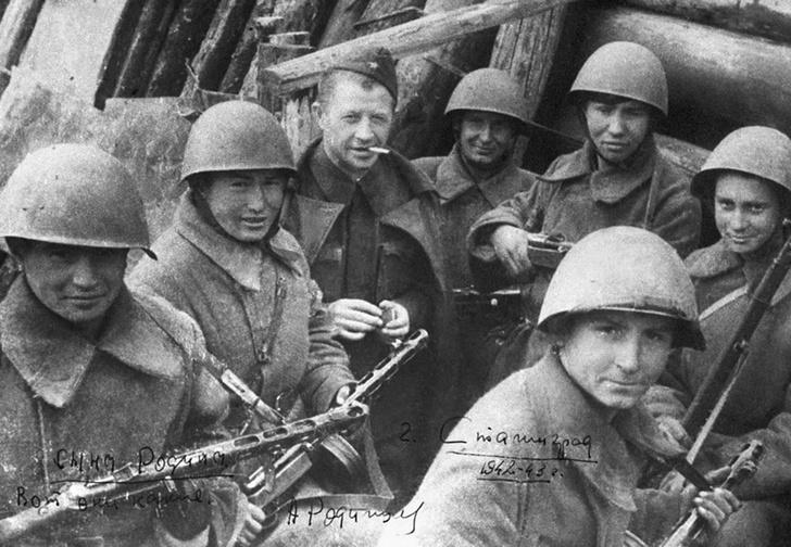 Командир 13-й ГСД генерал-майор Александр Родимцев и его бойцы