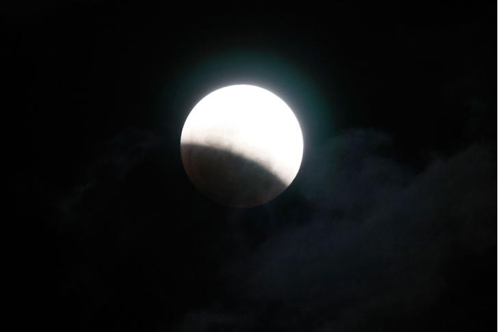 Фото №1 - Не пропусти суперлунное затмение сегодня