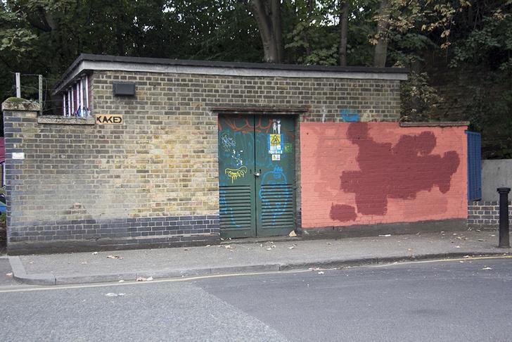 Фото №4 - Красное на черном: Как уличный художник троллил коммунальщиков