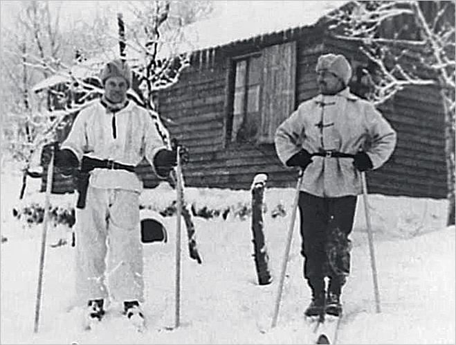 Двое диверсантов из группы «Ласточка» на фоне лыжного домика. Декабрь 1942 года