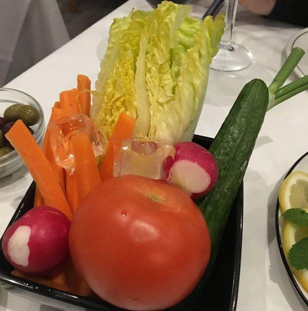 Фото №2 - Посетительница крутого ресторана показала «худший в мире салат». Но поняла ли она задумку повара?