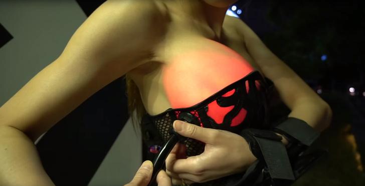 Фото №1 - Девушка-инженер смастерила светящийся корсет для женщин с силиконовой грудью (ВИДЕО)