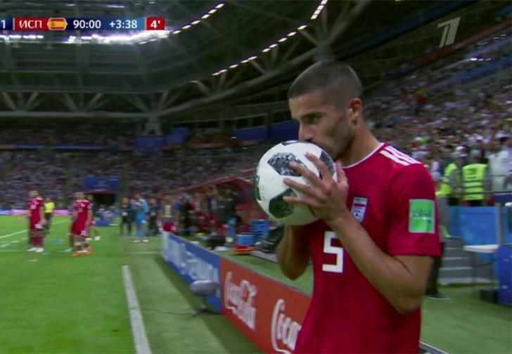 Фото №1 - Вот это круто! Посмотри, как они выбрасывают футбольный мяч из-за линии!