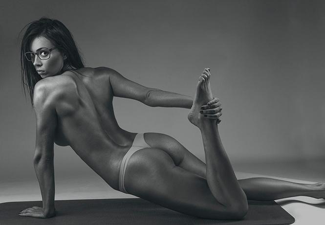 Ирина Шейк в прозрачном боди засветила грудь