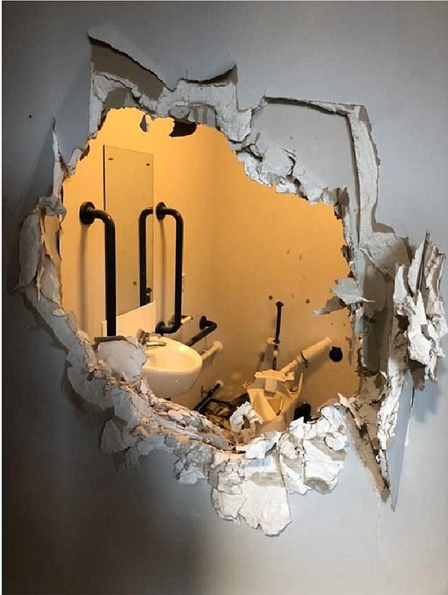 Фото №2 - Сослуживцы в шутку заперли пьяного капитана в туалете, но он эффектно выбрался