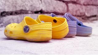 Crocs останавливает производство самой противоречивой обуви по непонятным причинам