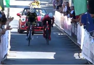 Два велосипедиста начали толкаться у финиша и грохнулись на ленточку (видео)