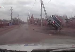 Удрать по-русски: угонщика, за которым гналась полиция с оружием, остановил столб (поучительное видео)