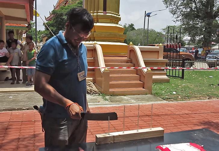 Фото №1 - Смотри, что вытворяет участник тайского чемпионата по резке ножом!