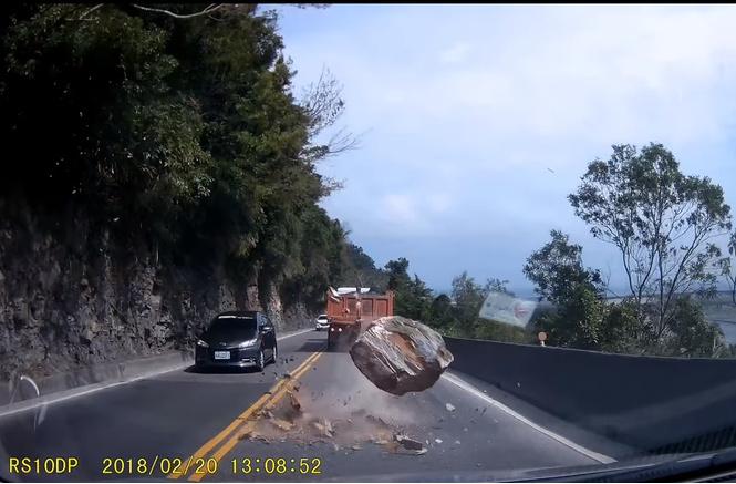 Почти попал: валун падает на трассу прямо перед машиной. Роковое ВИДЕО
