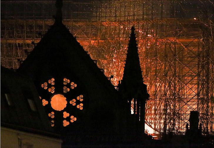 Фото №1 - «Горит душа всего мира». Подборка мнений из соцсетей о пожаре в Нотр-Дам-де-Пари