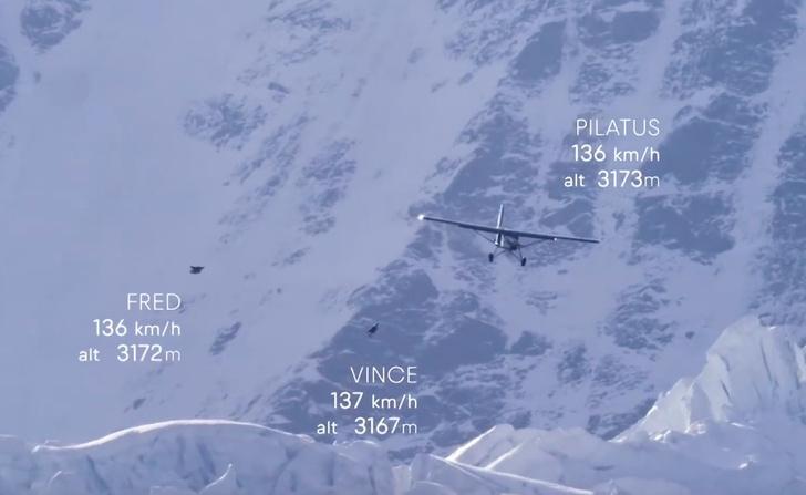 Фото №1 - Экстремалы не выпрыгнули из самолёта, а залетели в него (ВИДЕО)