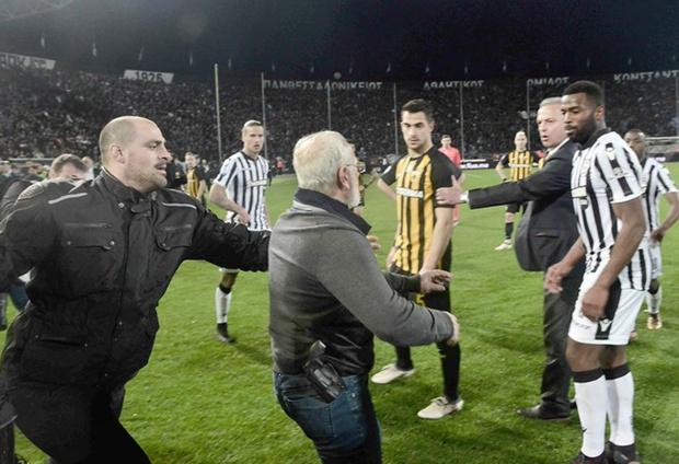 Фото №1 - Российский владелец футбольного клуба на эмоциях выскочил на поле — и сорвал матч! И у него был пистолет! (скандальные ФОТО и ВИДЕО)