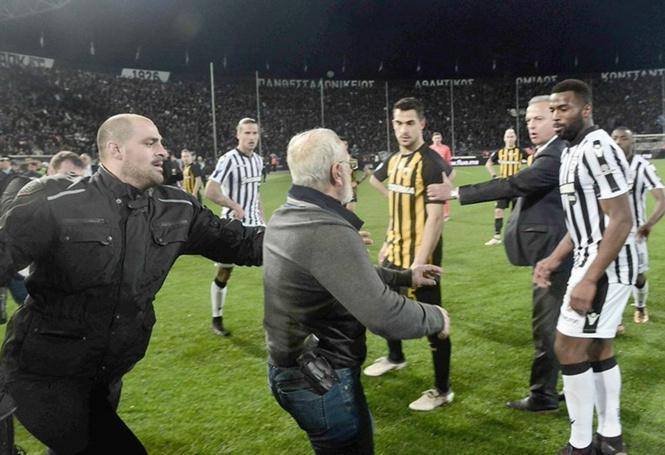 Российский владелец футбольного клуба на эмоциях выскочил на поле — и сорвал матч! И у него был пистолет! (скандальные ФОТО и ВИДЕО)