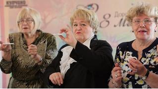 Петербургские депутаты поздравили пенсионерок с 8 Марта и подарили им спиннеры