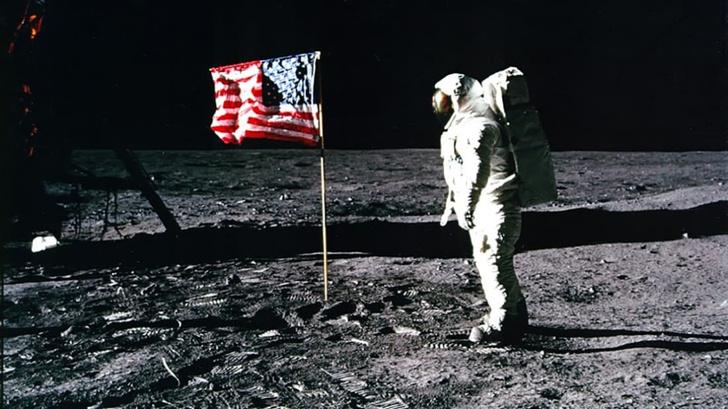 Фото №1 - NASA понизило в должности директора и начало подготовку к отправке женщины на Луну