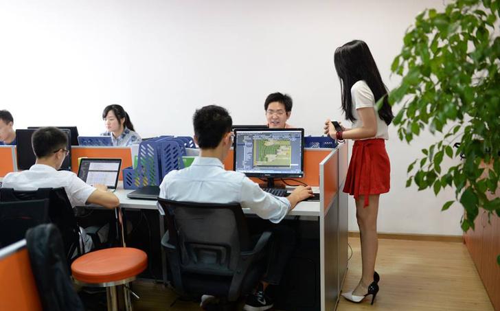 Фото №1 - Китайские компании нанимают чирлидерш для программистов!
