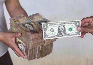 Вот сколько пачек денег нужно, чтобы купить самые простые продукты в Венесуэле (фото)