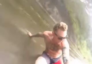 Лишенный инстинкта самосохранения парень съезжает по исполинскому водоотливу! Скоростное ВИДЕО