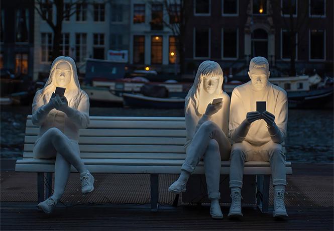 Фото №1 - В Амстердаме возвели светящий монумент пользователям смартфона