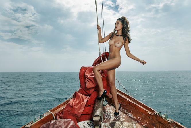 Французский эротический журнал опубликовал две съемки, мимо которых мы не смогли пройти
