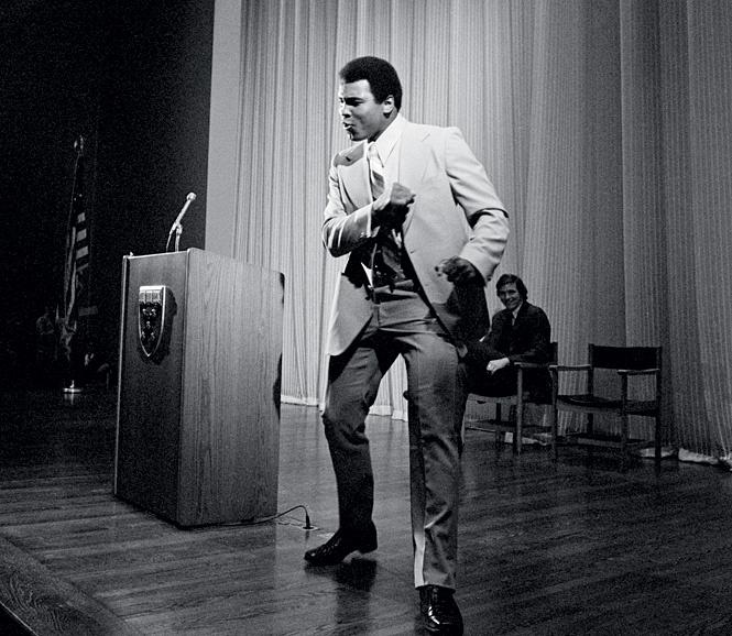 Али танцует перед выпускниками бизнес-школы Гарвардского университета