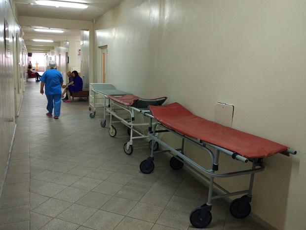 Фото №1 - Мужика доставили в больницу с ножом в спине, а он пошел покурить (видео)