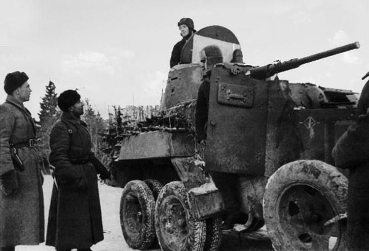 Полковник Катуков беседует с командиром экипажа бронеавтомобиля БА-10