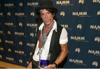 Гитарист Aerosmith потерял сознание в гримерке и был госпитализирован