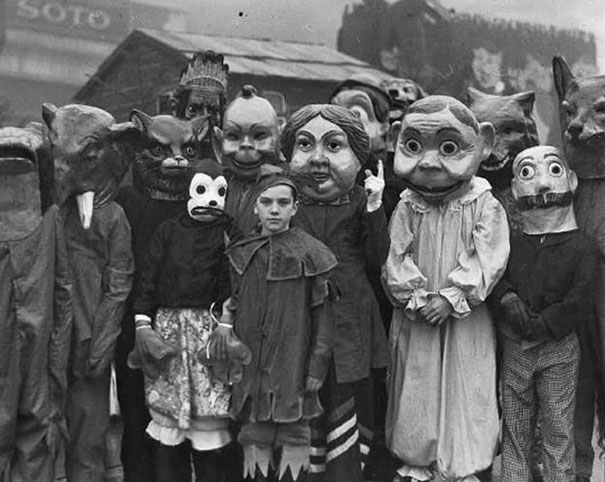 Фото №4 - Самые жуткие ретрокостюмы на Хеллоуин!