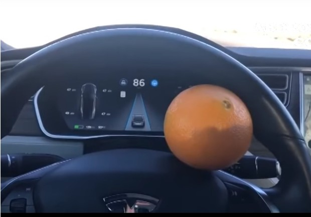 Фото №1 - Мужик обманул автопилот Tesla с помощью апельсина! (хитроумное ВИДЕО)