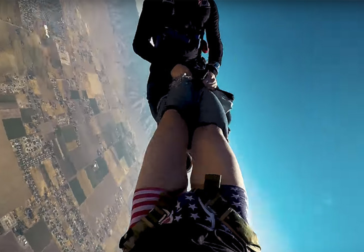 Фото №1 - Парашютист остался без штанов прямо во время прыжка (ВИДЕО)