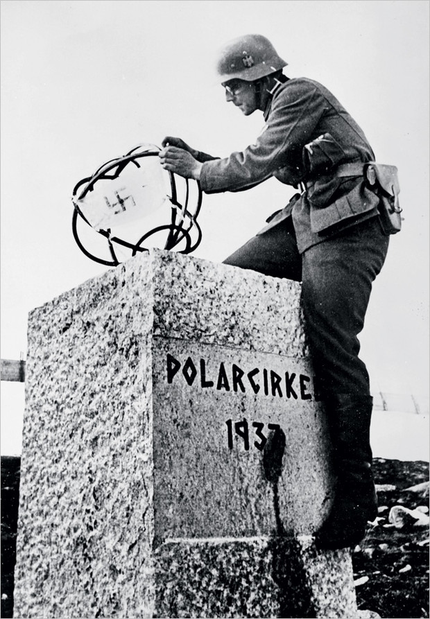 Немецкий солдат вешает свастику