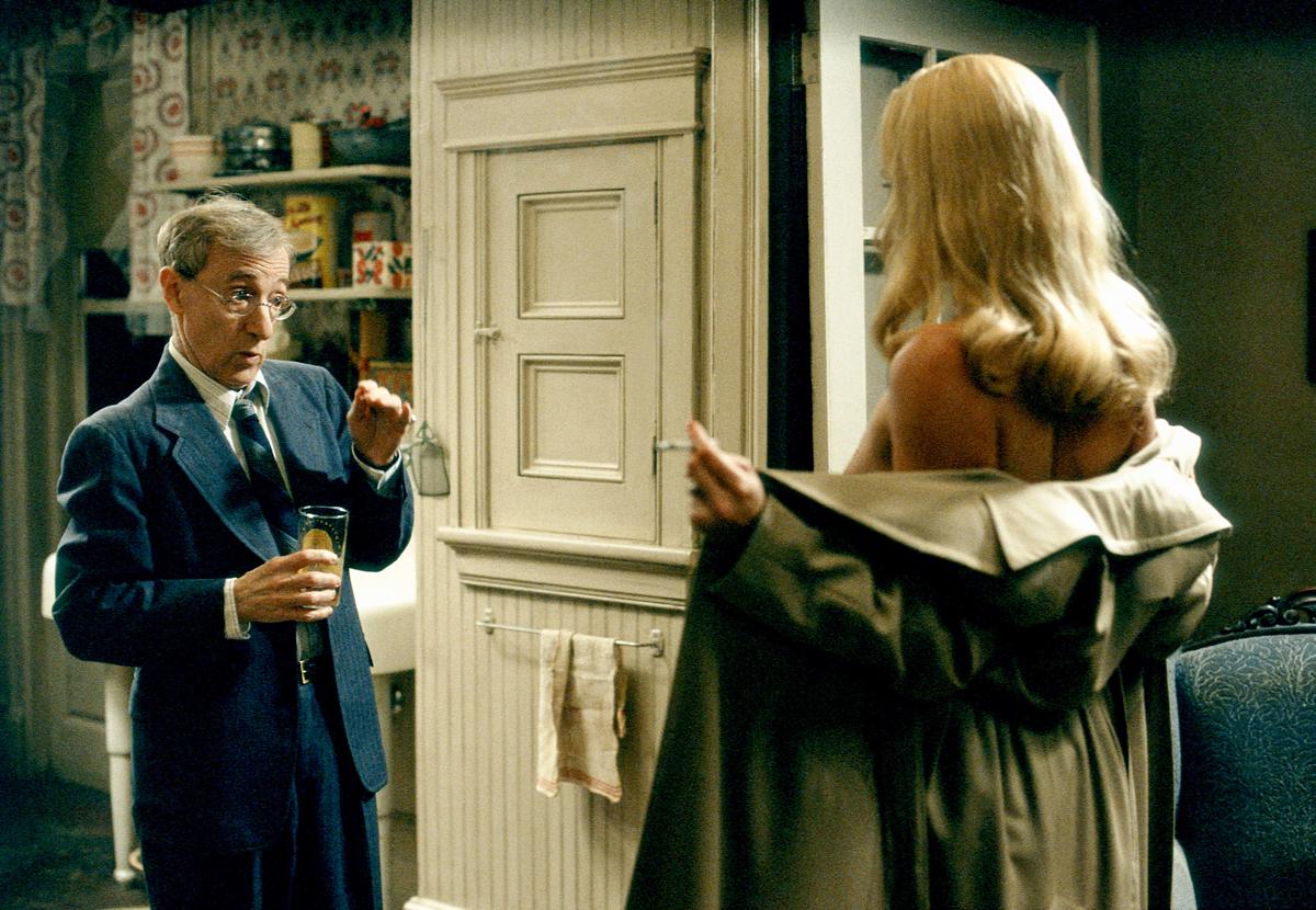Вам голая девушка писает в туалете Здорово как!