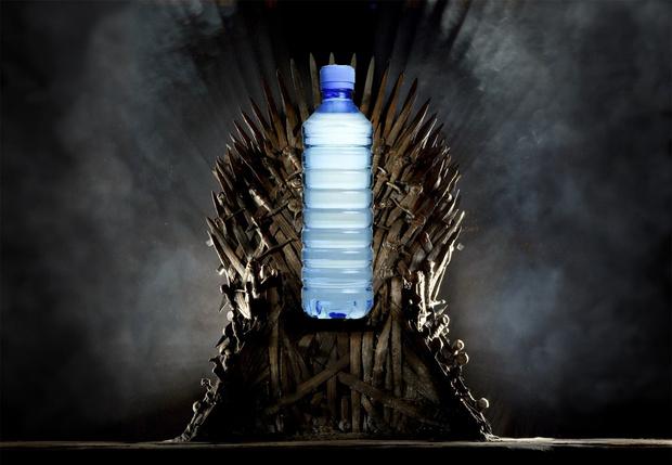 Фото №1 - Фанаты увидели пластиковую бутылку в финальной серии «Игры престолов»