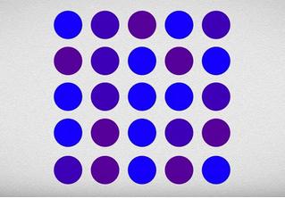 Точки синие или фиолетовые? Оптическая иллюзия, которая заставит тебя усомниться в том, что ты можешь различать цвета