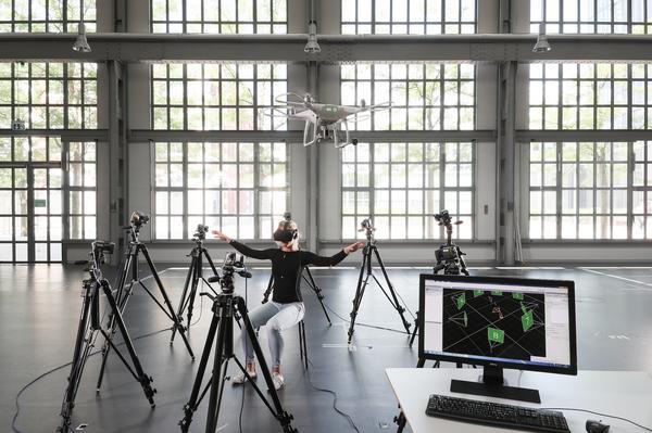 Фото №1 - Зачем нужен джойстик, если дронами можно дирижировать? (ВИДЕО)