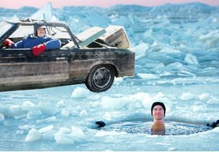 У купавшихся в проруби жителей Красноярска угнали машину с ребенком
