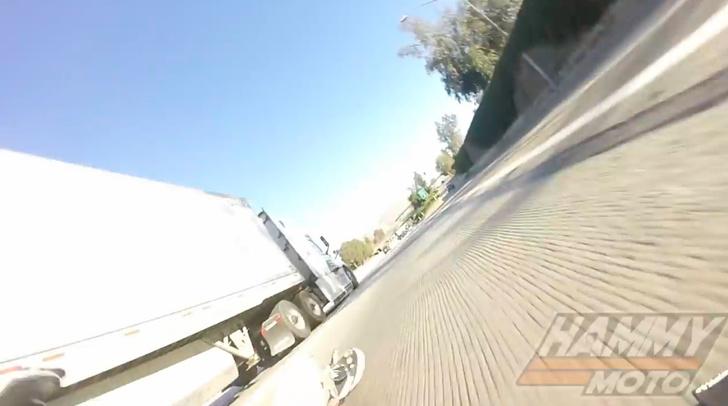 Фото №1 - Везунчик года: мотоциклист упал и боком проехал под фурой (ВИДЕО)