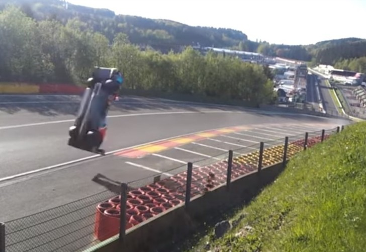 Фото №1 - Пригнись! Болид российского гонщика делает смертельное сальто на скорости 300 км/ч! ВИДЕО