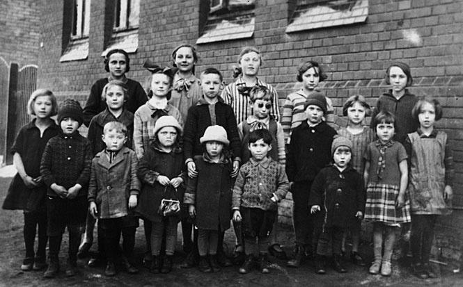 С еврейскими детьми (Соломон в центре)
