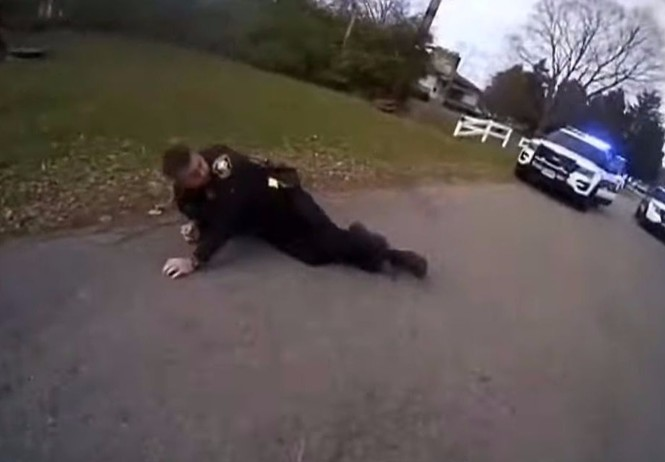 Американский полицейский, целясь в подозреваемого, обезвредил напарника (ВИДЕО)