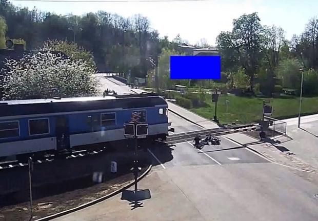 Фото №1 - Мотоциклист не заметил шлагбаум и опрокинулся на рельсы. Очевидец спас его от поезда в последний миг (драматичное видео)