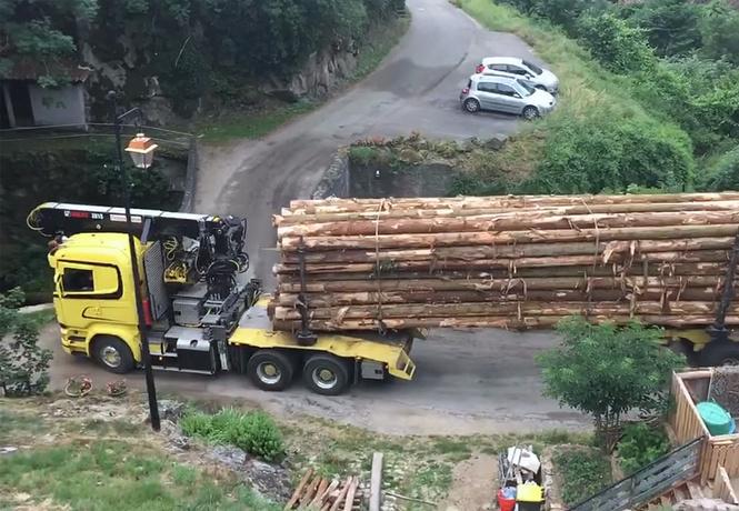 Сейчас вот этот лесовоз проедет вот по этому мосту. У нас есть ВИДЕО!