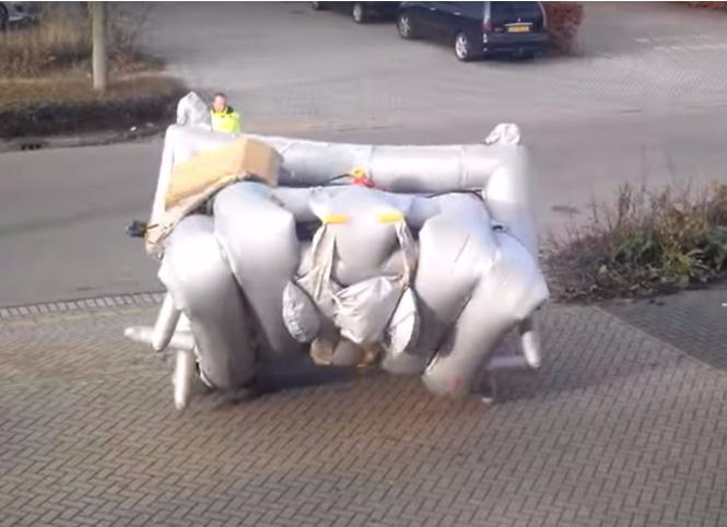 Никогда не видел, как срабатывает надувной трап без самолета? Сейчас увидишь! (Уникальное видео)