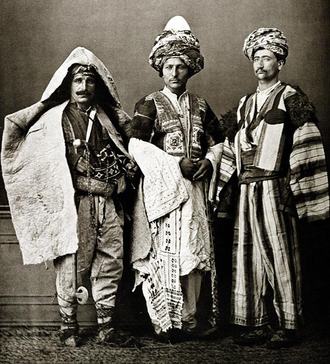 Курды в национальной одежде