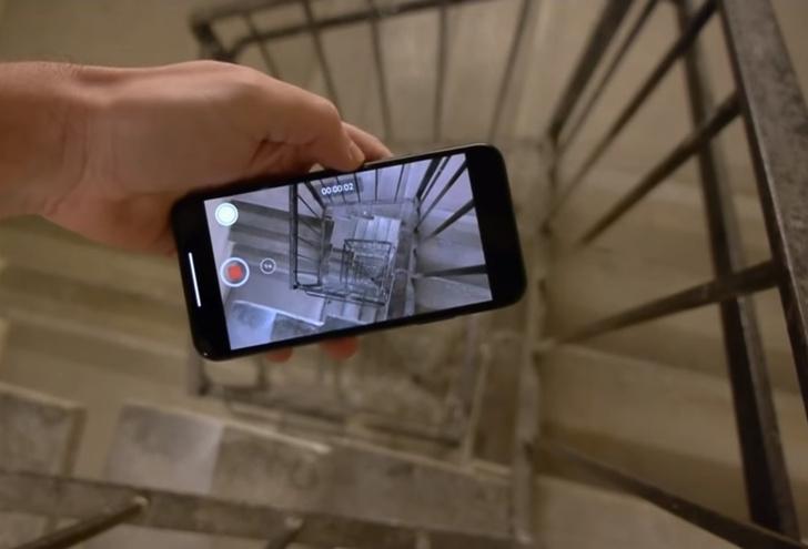 Фото №1 - Айфон с включенной камерой сбросили в пролет лестницы с 30-го этажа. Вот что он снял и вот что с ним стало (видео)