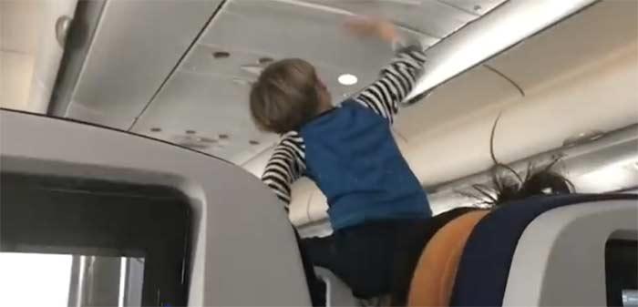 Фото №1 - Во время трансатлантического перелета пассажиры 8 часов терпели орущего ребенка (ВИДЕО)