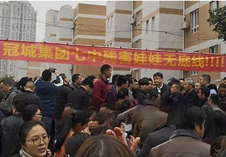 В  Китае толпа разъяренных родителей попыталась взять штурмом школу, в которой детей накормили плохой едой (видео)