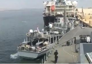 Женщина ювелирно швартует военный корабль (видео)
